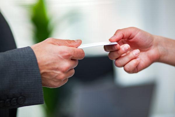 Wo bewahren Sie Ihre Visitenkarten auf, damit Ihre Kunden sie selbst mitnehmen können